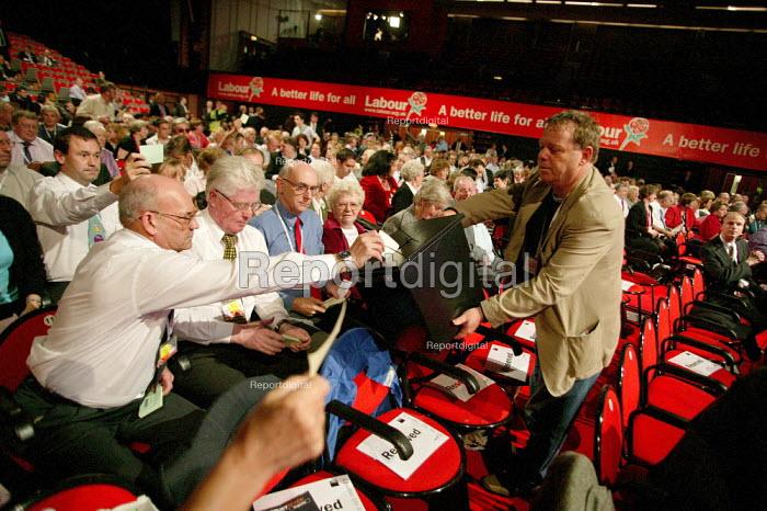 Block vote Labour Party Conference. Brighton. - Jess Hurd - 2004-09-27