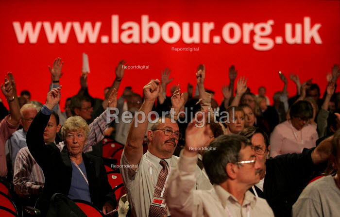 Delegates voting. Labour Party Conference. Brighton. - Jess Hurd - 2004-09-27