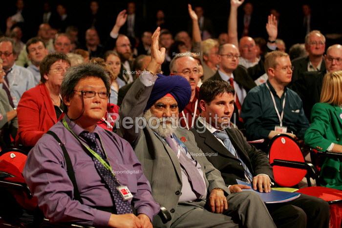 Delegates voting. Labour Party Conference. Brighton. - Jess Hurd - 2004-09-27