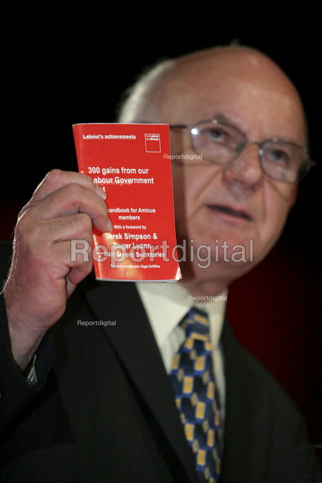 Roger Lyons AMICUS with a handbook 30 gains from a Labour Governmenr, supporting Labour for AMICUS members. Labour Party Conference. Brighton. - Jess Hurd - 2004-09-28