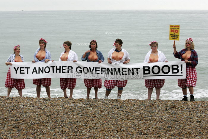 Dexion workers pensions rights campaigners protest on the beach outside Labour Party Conference. - Jess Hurd - 2004-09-29