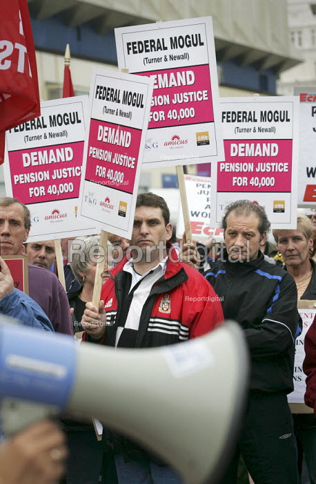 Federal Mogul, Turner and Newell workers pensions rights campaigners protest on the beach outside Labour Party Conference. - Jess Hurd - 2004-09-29