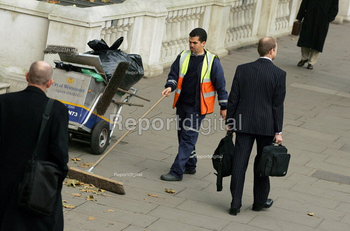 Wesminster street cleaner as civil servants are going to work in Whitehall. London. - Jess Hurd - 2004-11-05