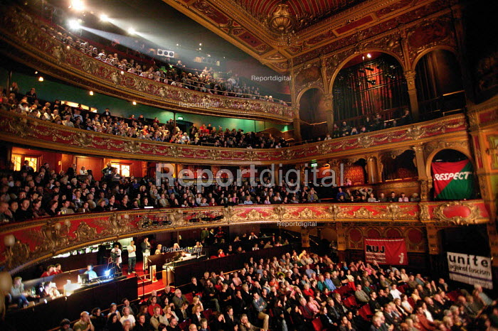 Hundreds attend a memorial evening for Paul Foot at the Hackney Empire theatre. London. - Jess Hurd - 2004-10-10