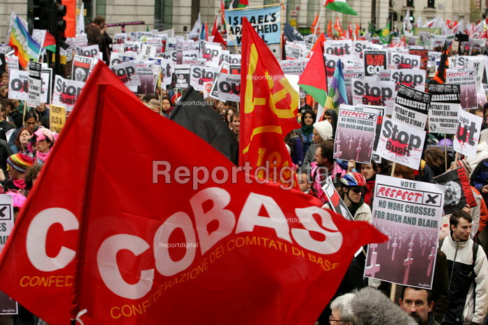 Italian and French trade unions from Cobas and LCR join the Anti war demonstration at the end of the European Social Forum held at Alexandra Palace. London. - Jess Hurd - 2004-10-17