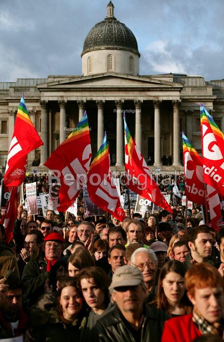 CGIL Italian trade unions join the Anti war demonstration at the end of the European Social Forum held at Alexandra Palace. Trafalgar Square, London. - Jess Hurd - 2004-10-17