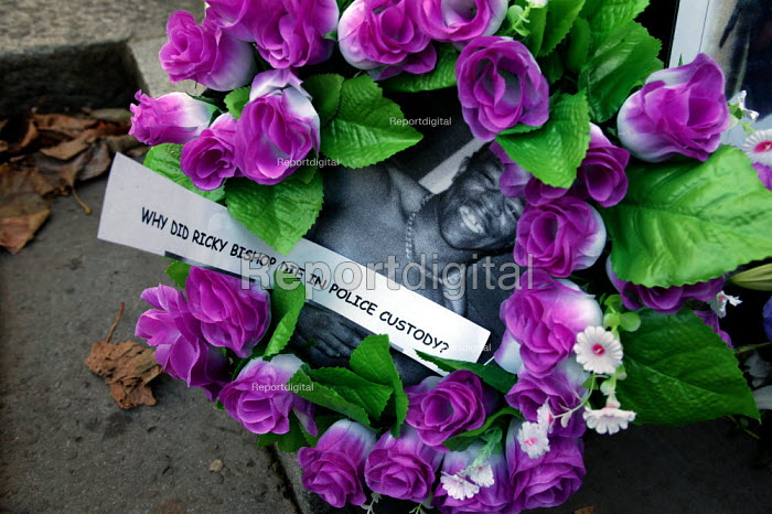 The relatives of Ricky Bishop who died in police custody, lay a wreath outside Downing Street. United Families and Friends Campaign march to Downing Street. London. - Jess Hurd - 2004-10-30