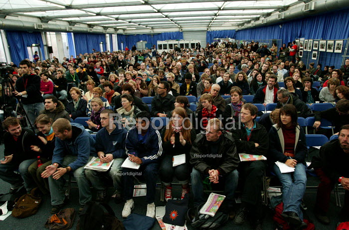 Delegates attend an anti privatisation seminar European Social Forum. ActionAid, War on Want, PSC. Alexandra Palace, London - Jess Hurd - 2004-10-15