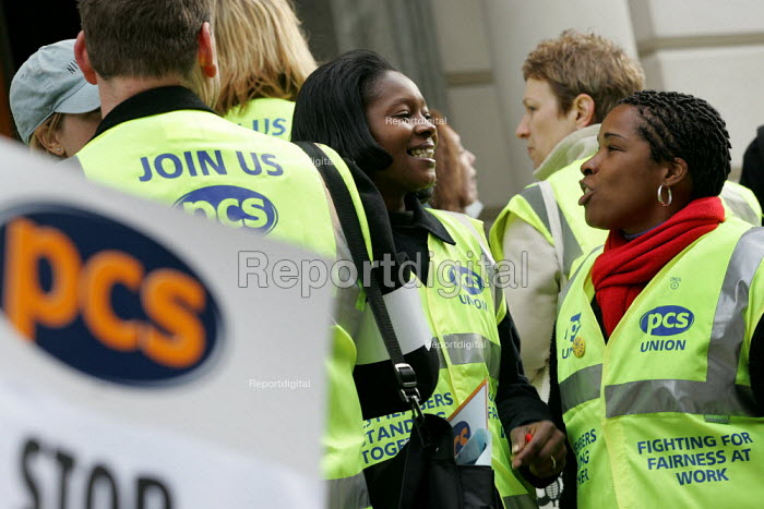 Pickets outside the Treasury. PCS Civil Service Union one day strike against job cuts. London. - Jess Hurd - 2004-11-05