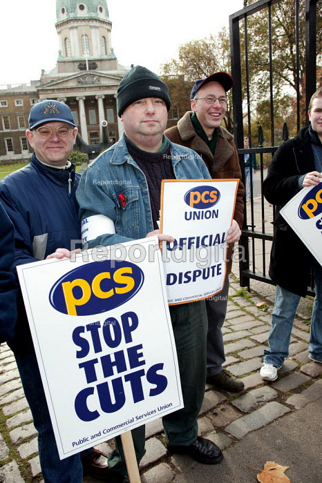 PCS pickets outside the Imperial War Museum. Civil Service Union one day strike against job cuts. London. - Jess Hurd - 2004-11-05
