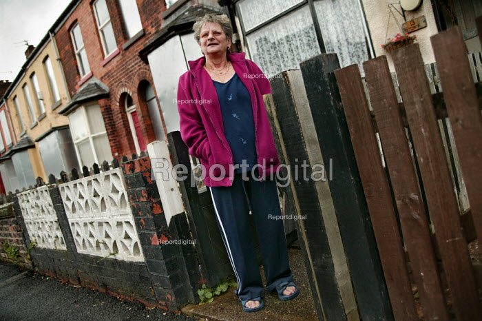 Cath Tyson resident in a derelict and boarded up street in lower Broughton, City of Salford. - Jess Hurd - 2004-11-08