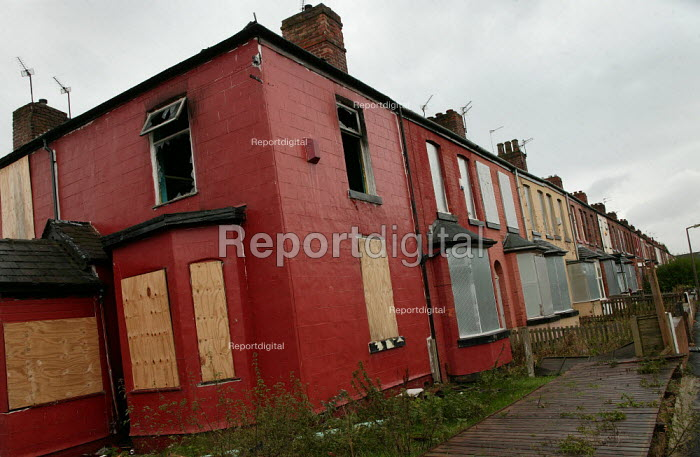 Burnt out houses in a derelict street in Lower Broughton. City of Salford. - Jess Hurd - 2004-11-08
