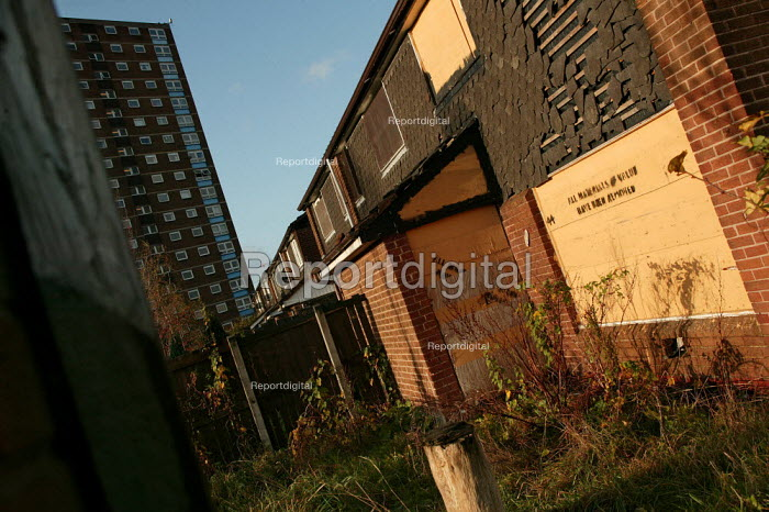 Derelict and boarded up houses on an estate in Salford. - Jess Hurd - 2004-11-08