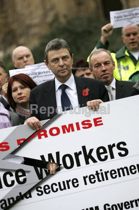 Dave Prentis UNISON at a TUC organised Pensions lobby of parliament and rally. Westminster, London. - Jess Hurd - 2004-11-16