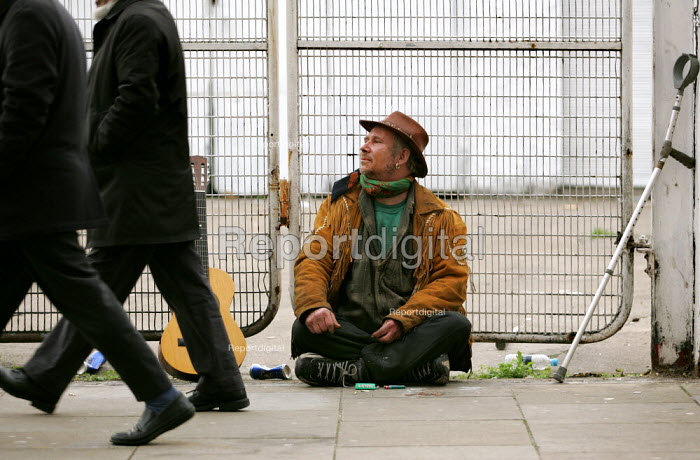 Disabled man busks in the street, East London. - Jess Hurd - 2004-11-27