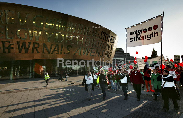 Students march on the National Union of Students (N.U.S.) National Demonstration against tuition fees in front of the Millennium Centre in Cardiff Bay, Cardiff. - Jess Hurd - 2004-12-02