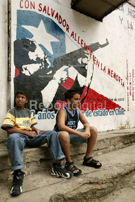 Children from the 23th January Barrio- 23 De Enero, one of the most radical neighbourhoods in Caracas with a history of armed struggle. Caracas, Bolivarian Republic of Venezuela. - Jess Hurd - 2006-01-21