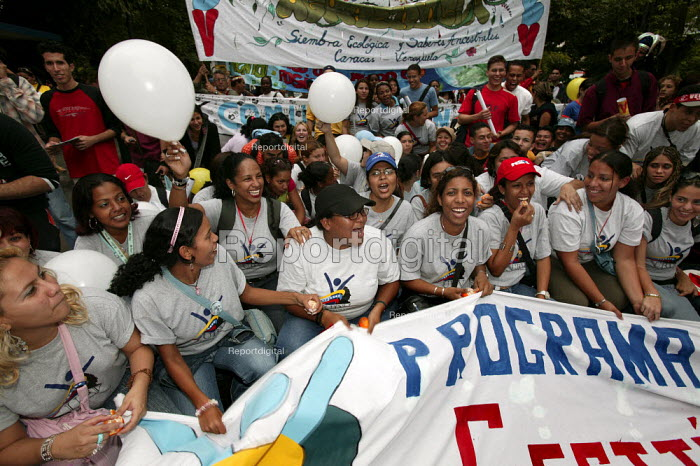 Students from the Bolivarian University join the opening march of the World Social Forum. Caracas, Bolivarian Republic of Venezuela. - Jess Hurd - 2006-01-24