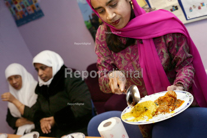 Community project worker at the Healthy Eating Lunch Club at the Ocean Womens Centre, Ocean Estate, Tower Hamlets, East London. - Jess Hurd - 2005-01-19