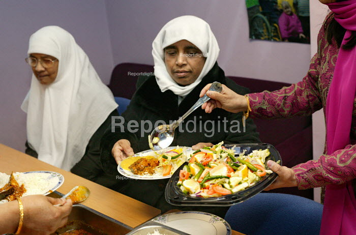 Healthy Eating Lunch Club at the Ocean Womens Centre, Ocean Estate, Tower Hamlets, East London. - Jess Hurd - 2005-01-19