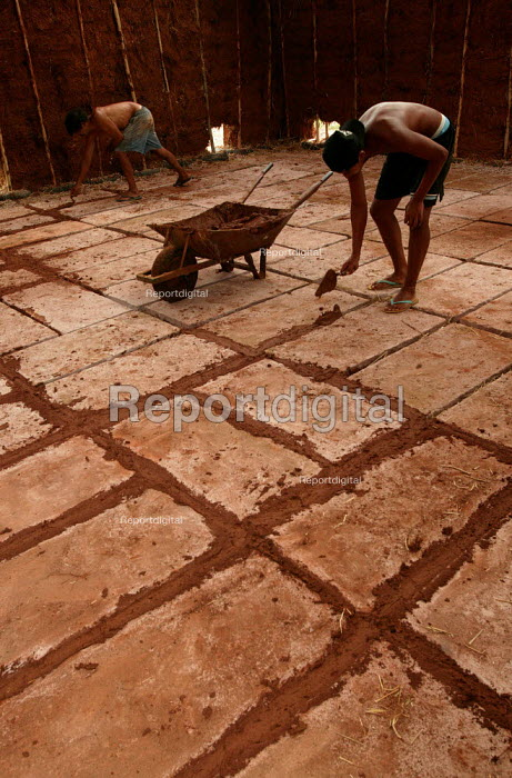 World Social Forum, Porto Alegre Brazil. Movimento Sem Terra, the movement of the landless construct traditionally built mud covered huts to make a Permaculture centre to exhibit their work on sustainable agriculture. - Jess Hurd - 2005-01-24