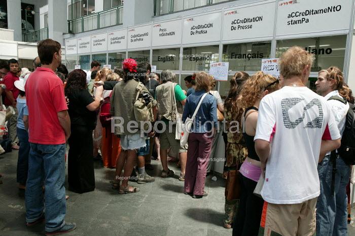 World Social Forum, Porto Alegre Brazil. Worldwide media journalists queue for press credentials. - Jess Hurd - 2005-01-25