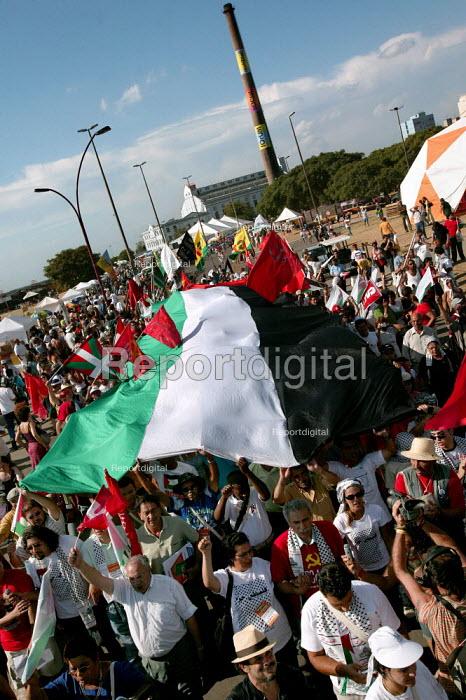 World Social Forum, Porto Alegre Brazil. Free Palestine demonstration through the forum. - Jess Hurd - 2005-01-28