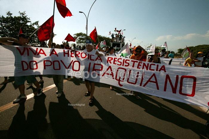 World Social Forum, Porto Alegre Brazil. Viva the Heroric Iraqi Resistance banner on a Free Palestine demonstration through the forum. - Jess Hurd - 2005-01-28