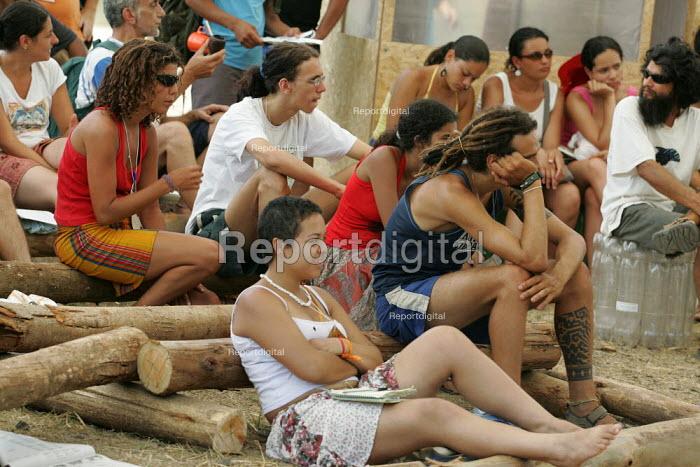 World Social Forum, Porto Alegre Brazil. Delegates listen in a session in the forum. - Jess Hurd - 2005-01-28