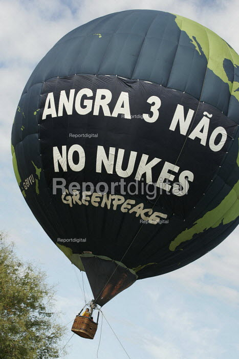 World Social Forum, Porto Alegre Brazil. Greenpeace launch a hot air balloon to protest against Brazilian investment in nuclear power plants and against the construction of the Angra 3 plant. - Jess Hurd - 2005-01-28