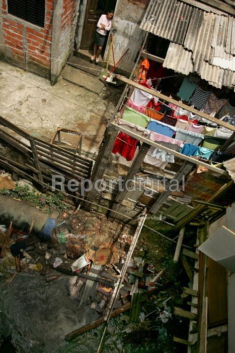 Heliupolis Favela on the outskirts of Sao Paulo where families live in slum housing, Brazil. - Jess Hurd - 2005-02-08