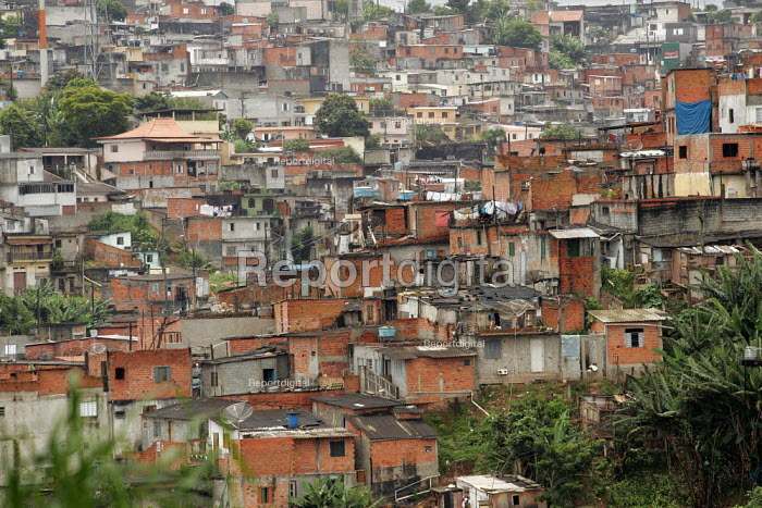 Favela on the outskirts of Sao Paulo where families live in slum housing, Brazil. - Jess Hurd - 2005-02-08