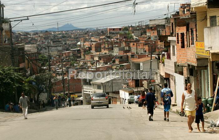 Favela on the outskirts of Sao Paulo where families live in slum housing, Brazil. - Jess Hurd - 2005-02-08