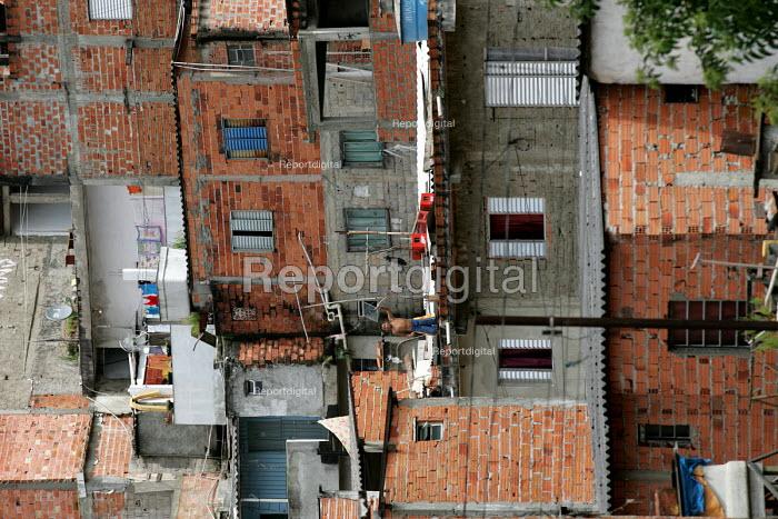 Magdalena Favela, Sao Paulo where families live in slum housing, Brazil. - Jess Hurd - 2005-02-03