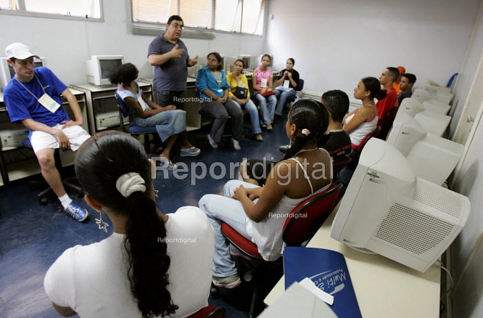 Acao Comunitaria a community based NGO, working with young people in gaining professional qualifications as preparation for work. Magdalena Favela, Sao Paulo where families live in slum housing, Brazil. - Jess Hurd - 2005-02-03