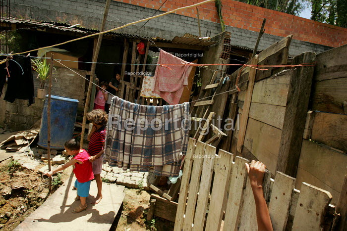 Favela in Cotia on the outskirts of Sao Paulo where families live in slum housing, Brazil. - Jess Hurd - 2005-02-08