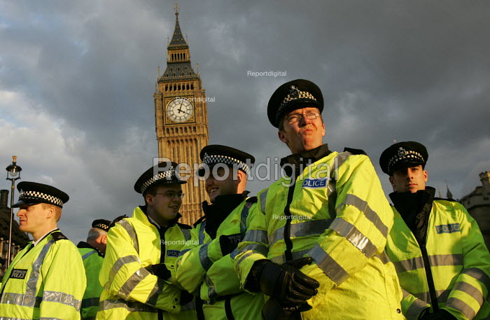 Policemen outside the Palace of Westminster. London. - Jess Hurd - 2005-02-15