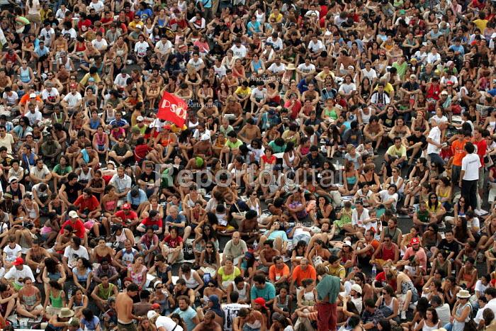 Overspill as crowds gather to hear Hugo Chavez President of Venuzela at the World Social Forum, Porto Alegre Brazil. - Jess Hurd - 2005-01-30