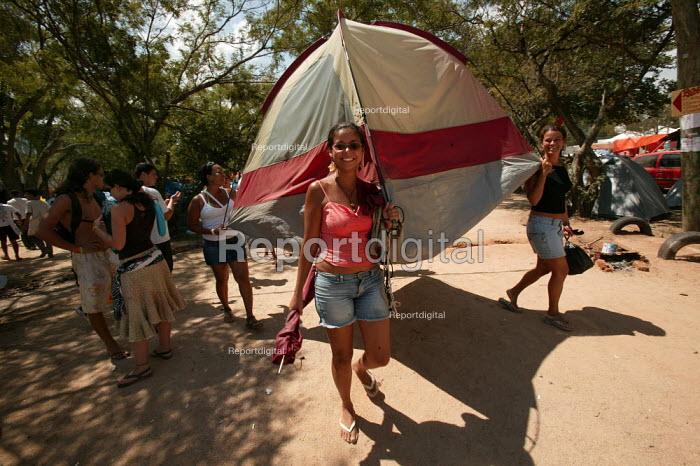 World Social Forum delegates shift their tent in the Youth Camp. Porto Alegre, Brazil. - Jess Hurd - 2005-01-24