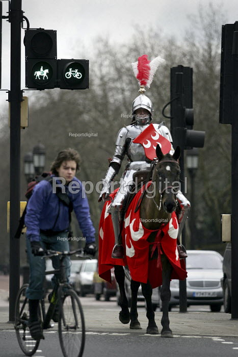 An English Heritage Medieval Knight promotes The Knight's Tournament. The launch of the first genuine battle competition for 530 years took place at Marble Arch. London. - Jess Hurd - 2005-03-08