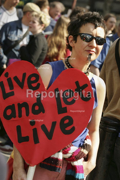 Drag King and gay rights campaigner joins a demonstration supporting refugees and asylum seekers on International Refugee Day. London - Jess Hurd - 2005-04-02