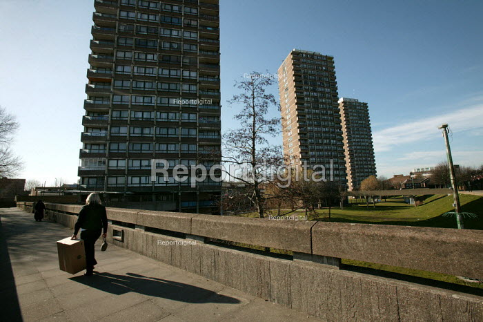1970's Crossways Estate which is due for demolition. Tower Hamlets, East London. - Jess Hurd - 2005-03-18