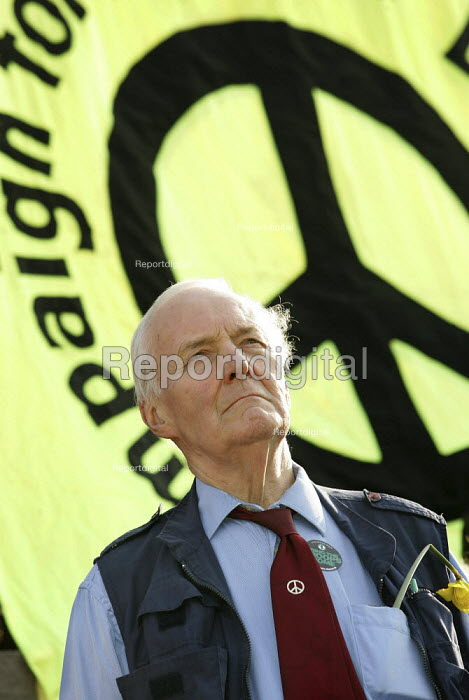 Tony Benn at the Stop the War Coalition Bring the troops Home demonstration calling for an end to the occupation of Iraq. Supported by CND and MAB. London. - Jess Hurd - 2005-03-19