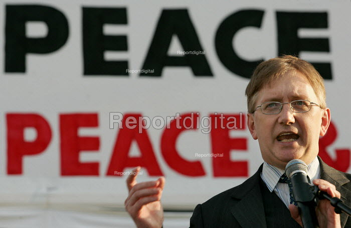 Craig Murray formerly the UKs Ambassador to Uzbekistan speaks at the Stop the War Coalition Bring the troops Home demonstration calling for an end to the occupation of Iraq. Supported by CND and MAB. London. - Jess Hurd - 2005-03-19
