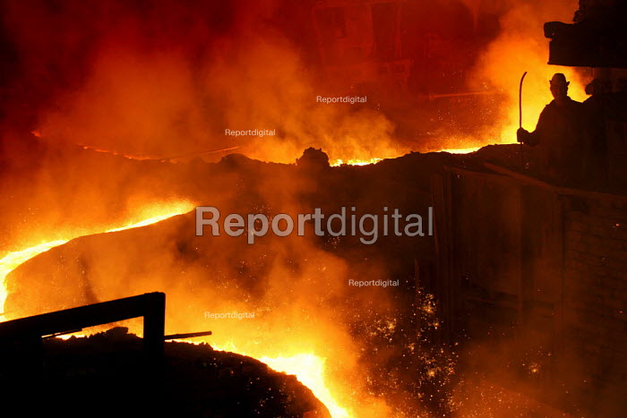 Workers at Blast furness 3 at the Egyptian Iron and Steel Company. Helwan, Cairo, Egypt. - Jess Hurd - 2005-03-13