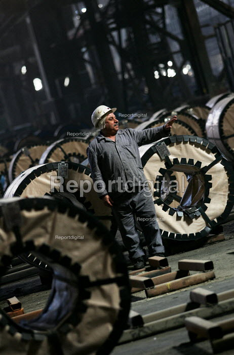 Workers with steel rolls for the export market. Egyptian Iron and Steel Company. Helwan, Cairo, Egypt. - Jess Hurd - 2005-03-13
