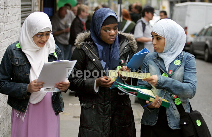 Young Muslim women campaigning for George Galloway Respect MP, East London. - Jess Hurd - 2005-04-23