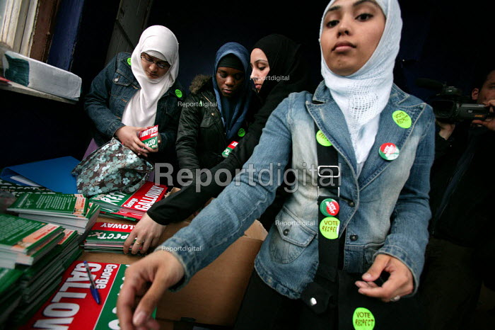 Young Muslim women gather election material to campaign for George Galloway Respect MP, East London. - Jess Hurd - 2005-04-23