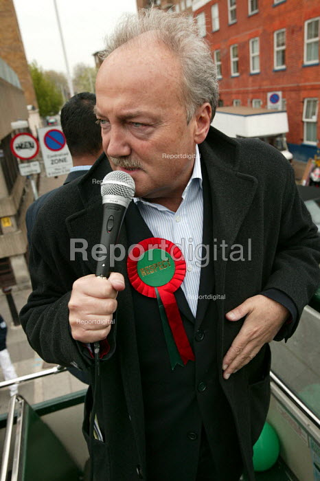 George Galloway Respect election battle bus, East London. - Jess Hurd - 2005-04-23