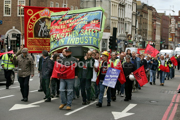 Construction workers march through London to remember those who have died at work. International Workers Memorial Day. - Jess Hurd - 2005-04-28